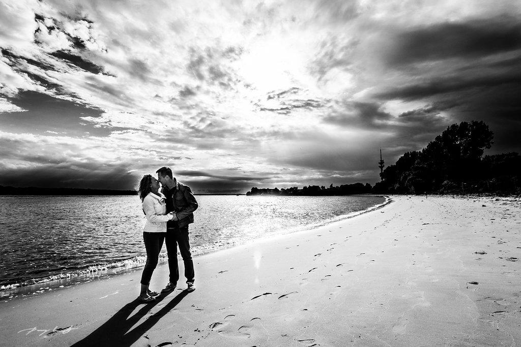 Pärchenshooting strand engagement fotografie