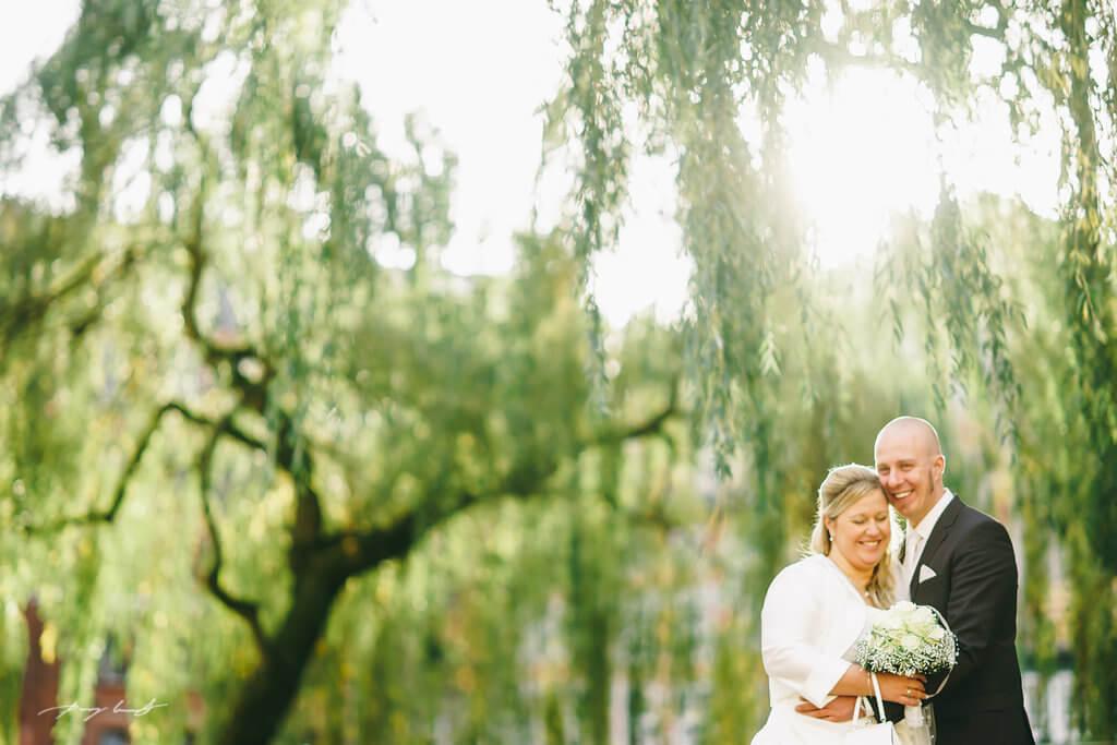 umarmung hochzeitfotografie braut und bräutigam hochzeit lüneburg