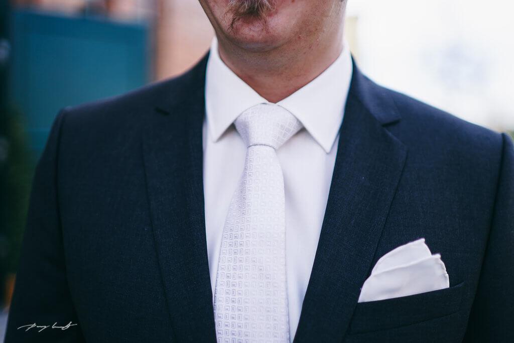 heiraten im wasserturm lüneburg bräutigam fotografie hochzeitsfotograf
