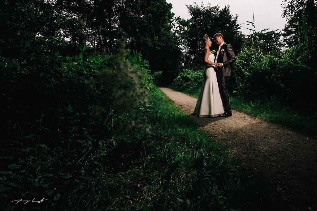 braut und bräutigam in der Natur fotografie Hochzeit