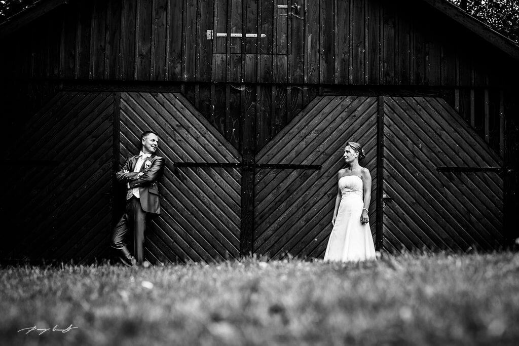 hochzeitsshooting vor der Scheune nach der Trauung bund der ehe Brautpaar