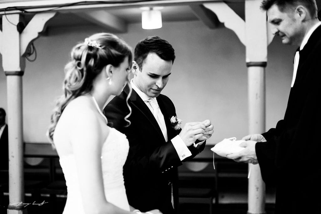 Ringetausch Braut und Bräutigam Hochzeitsfotografie in Pattensen