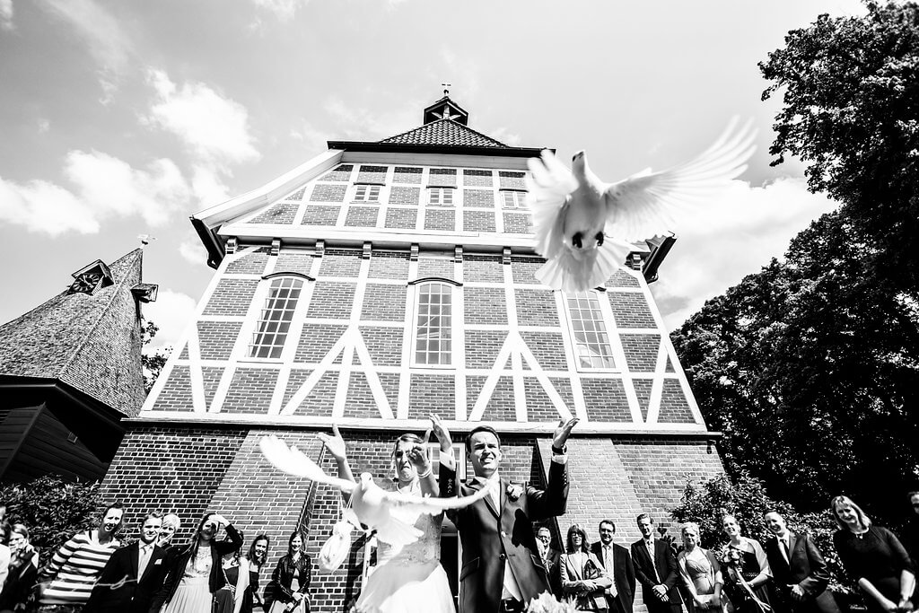 Tauben Brautpaar Kirche Pattensen Fotograf