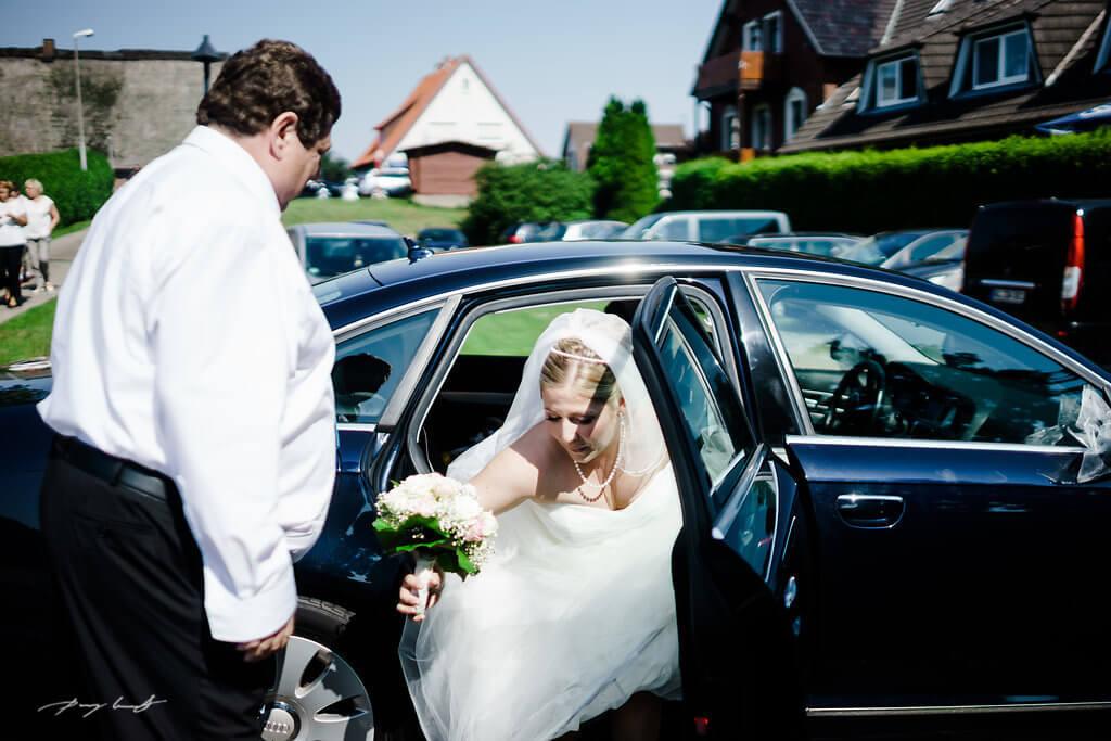 Braut Brautwagen Hochzeit in Fliegenberg Kirchliche Trauung Fotoreportage