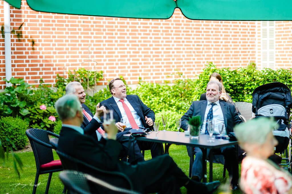 Männerunde Garten Gasthaus Große Hochzeitsfotografie Wulfsen