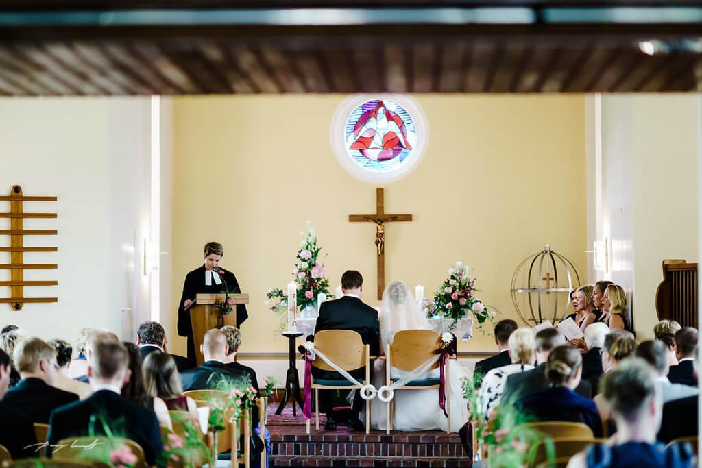 Trauringe Hochzeitsfotograf Kirche Jawort in Fliegenberg