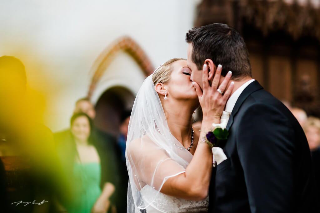 Kuss Braut und Bräutigam im Dom zu Bardowick