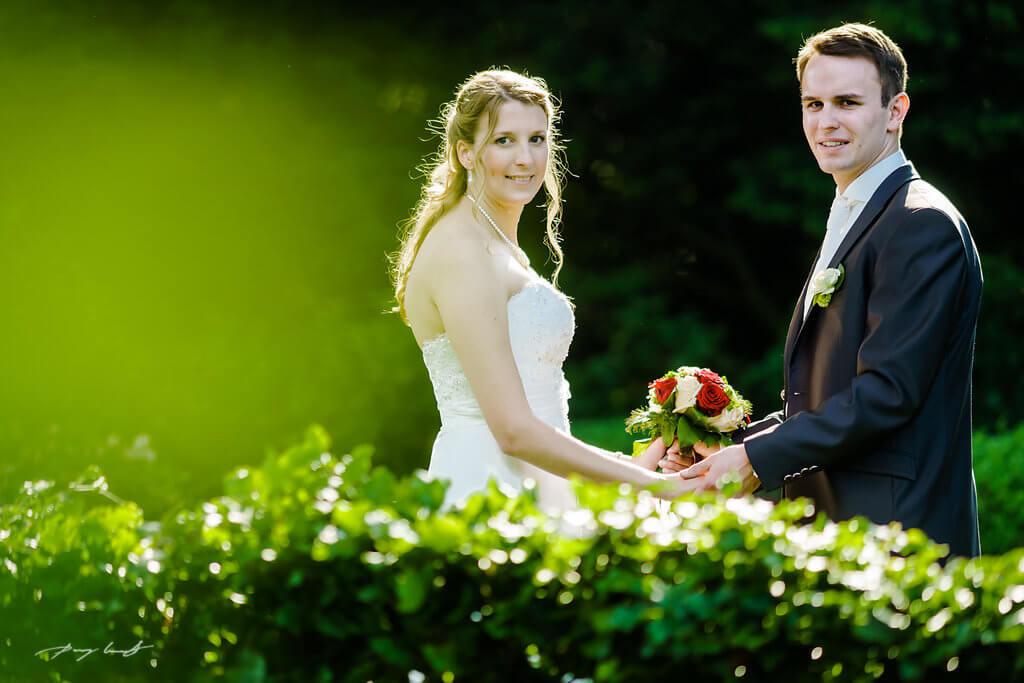 Hand in Hand Brautpaar Brautstrauß Hochzeitsfotografie Wulfsen
