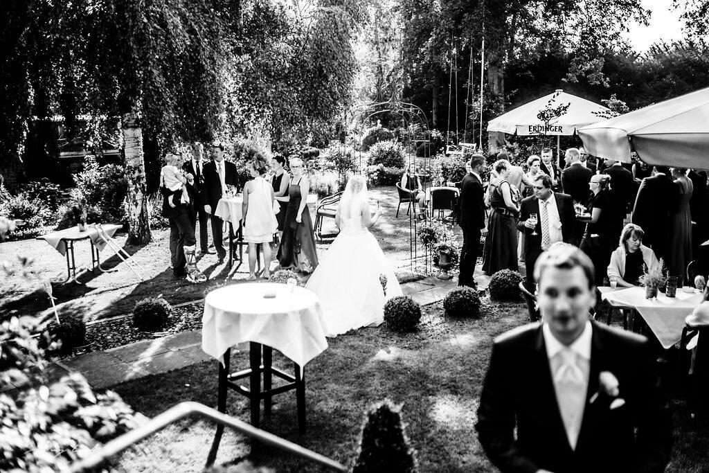 Biergarten Hochzeitsgäste Brautpaar Wulfsen
