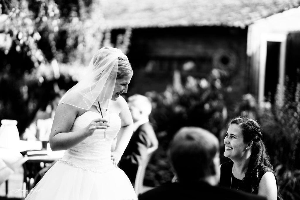 Braut Gäste Biergarten Fotograf Hochzeit