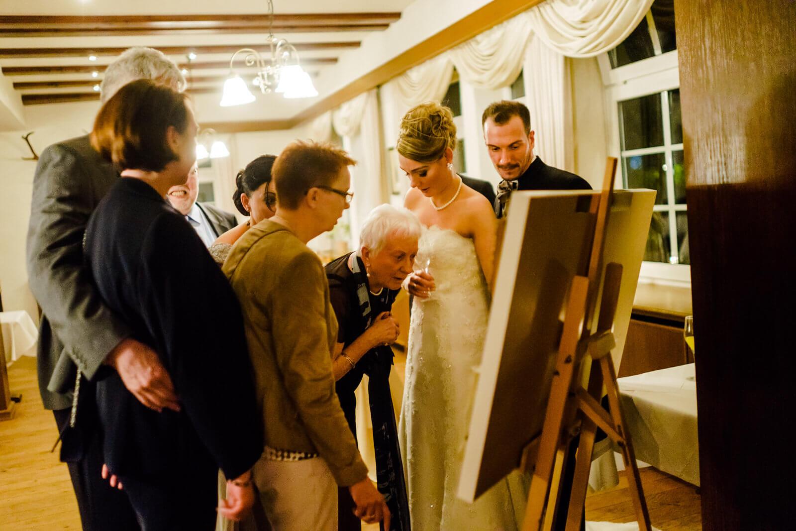 Brautpaar Hochzeitsgäste im Hof Sudermühlen