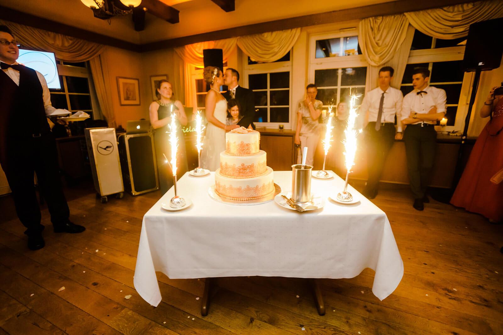 Hochzeitstorte Feuerwerk Fotografie Brautpaar Hof Sudermühlen