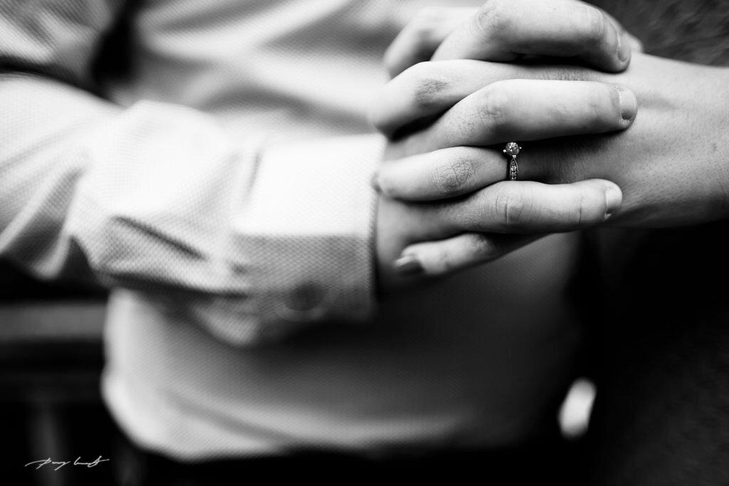 hand in hand verlobungsring engagementshooting