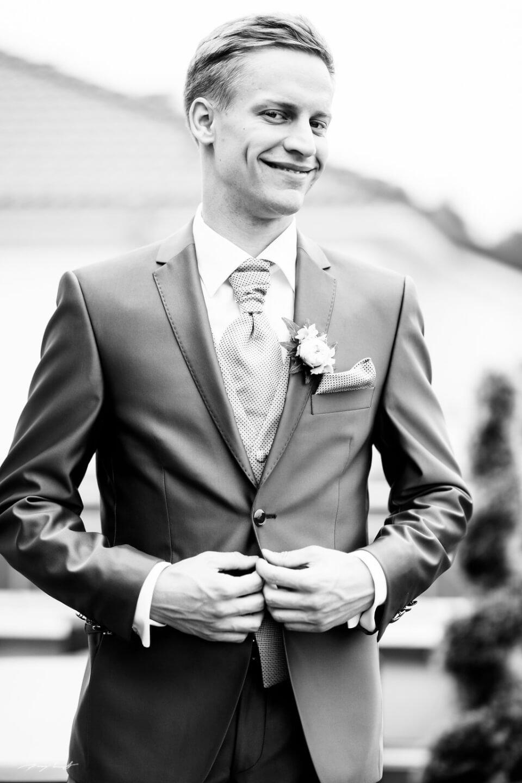 schwarz weiss fotografie hochzeitsreportage bräutigam hochzeit