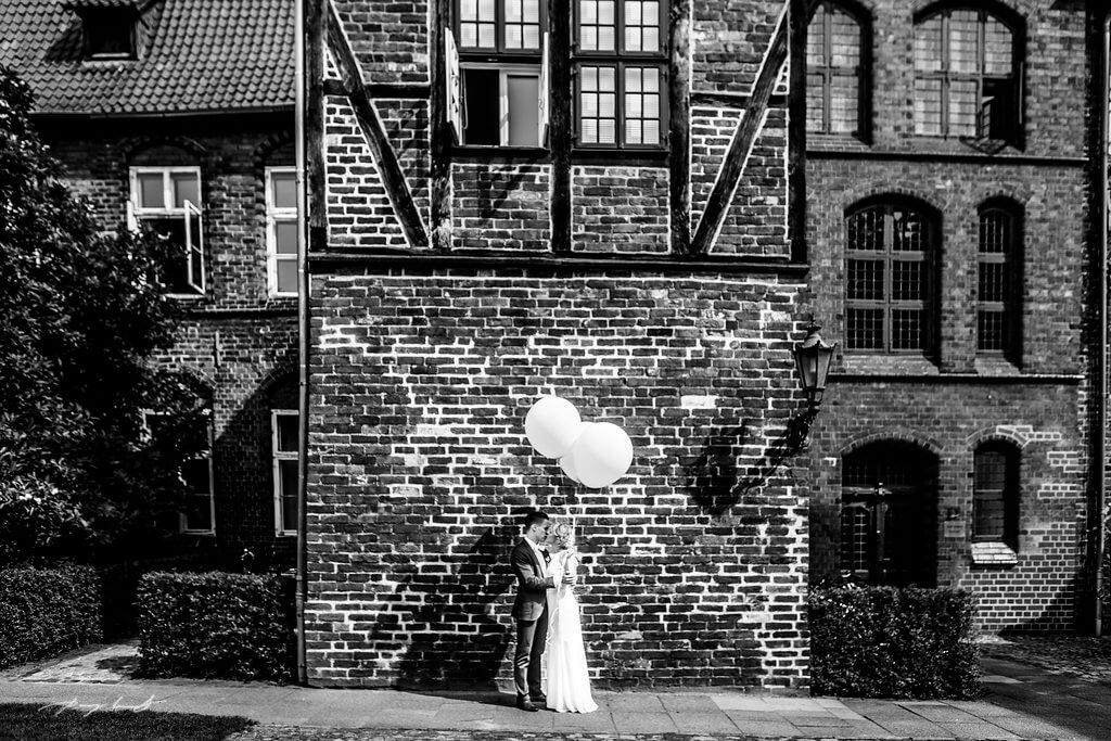kuss schwarz weiss lüneburg hochzeit fotograf hochzeitsfotografie lüneburg