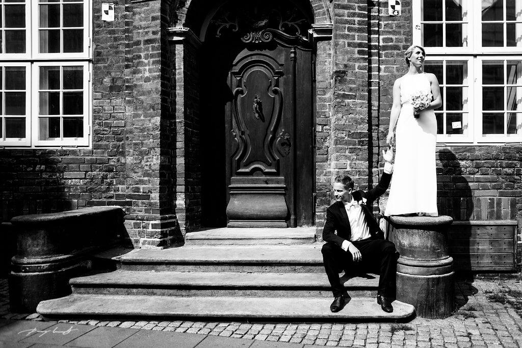 fotograf lüneburg brautpaar vor der hochzeit lüneburg schwarz weiss fotografie lüneburg