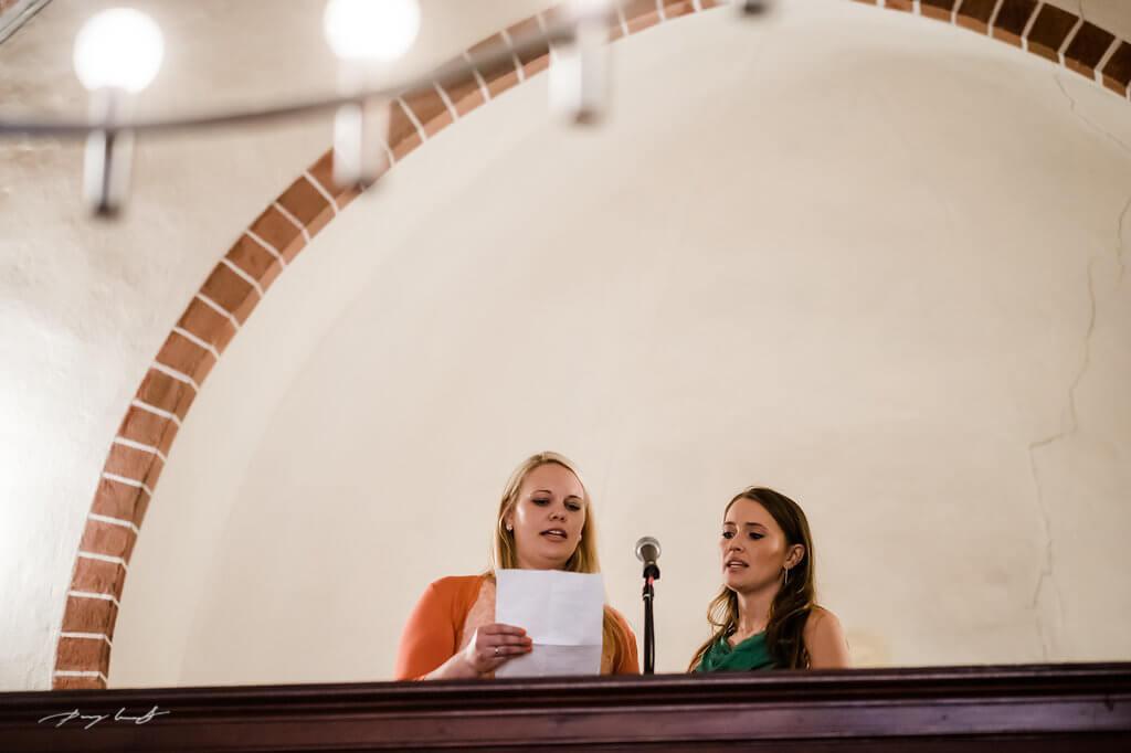 trauzeugen in der schloss kapelle fotograf im schloss winsen hochzeitsfotografie