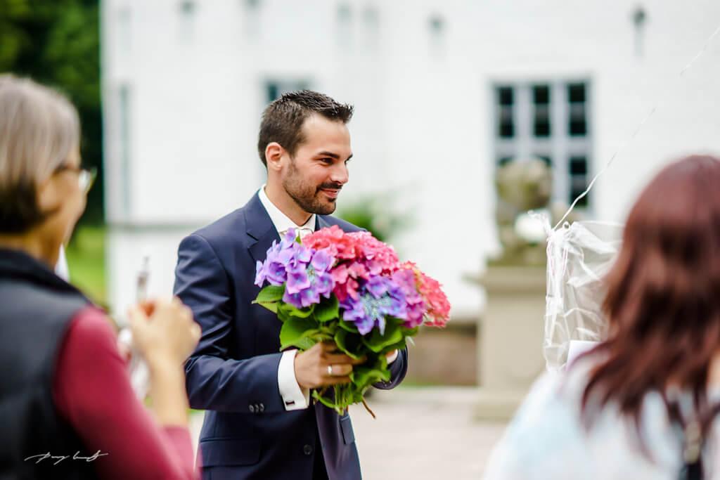 bräutigam mit strauss hochzeit trauung im schloss ahrensburg