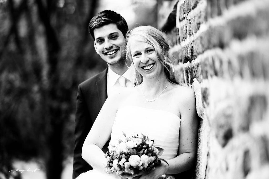 ein lächeln adendorf hochzeit fotograf johanniskapelle braut und bräutigam schönster tag schwarz weiss