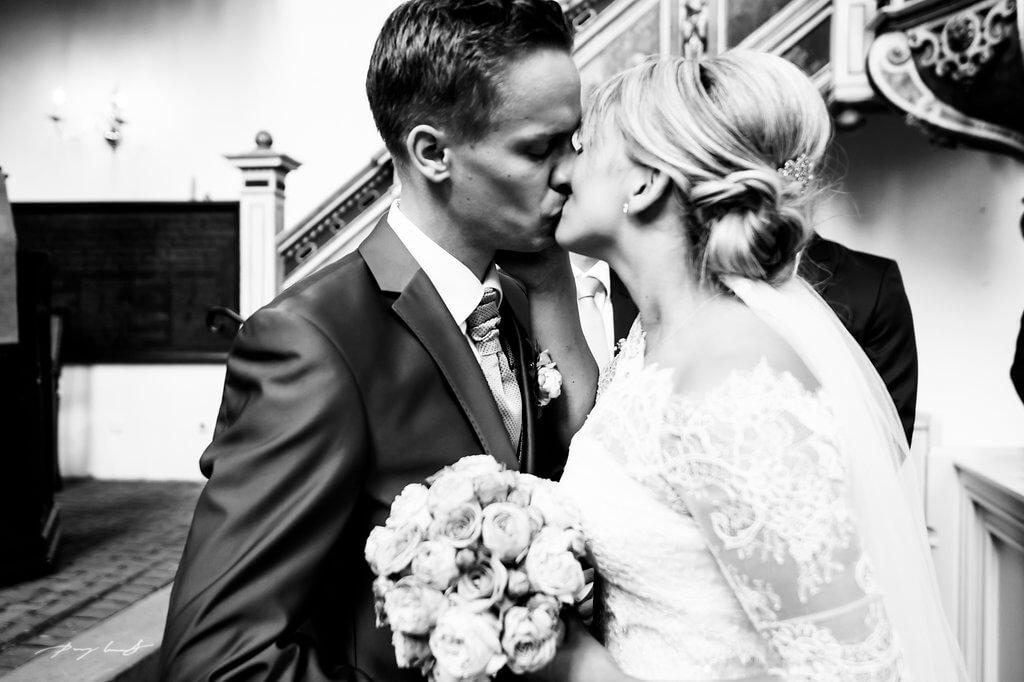 braut und bräutigam kuss fotografie schwarz weiss heiraten im kloster lüne