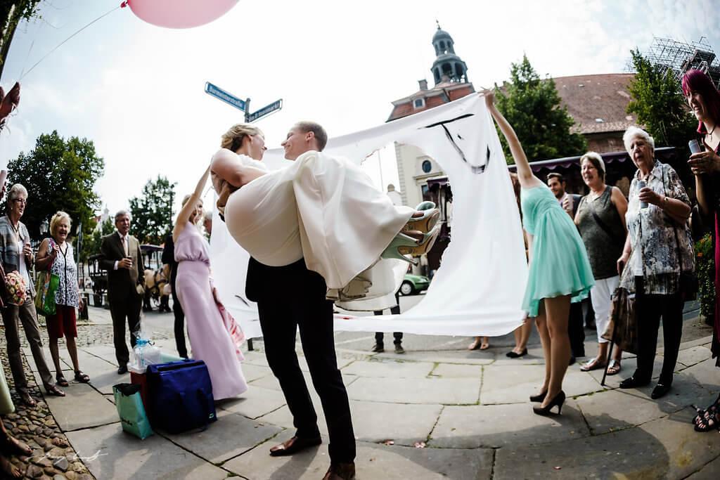 über die schwelle bräutigam heinrich heine haus standesamt fotografie lüneburg