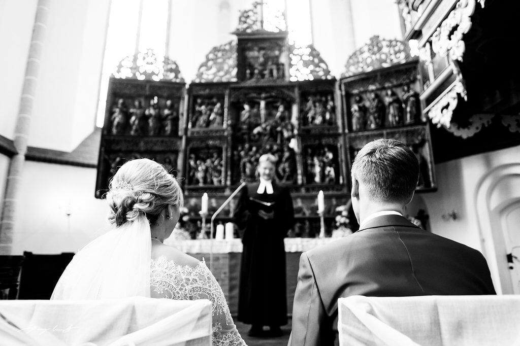 pfarrer bei trauung im kloster lüne hochzeitsfotograf im klosterkirche st. bartholomäi