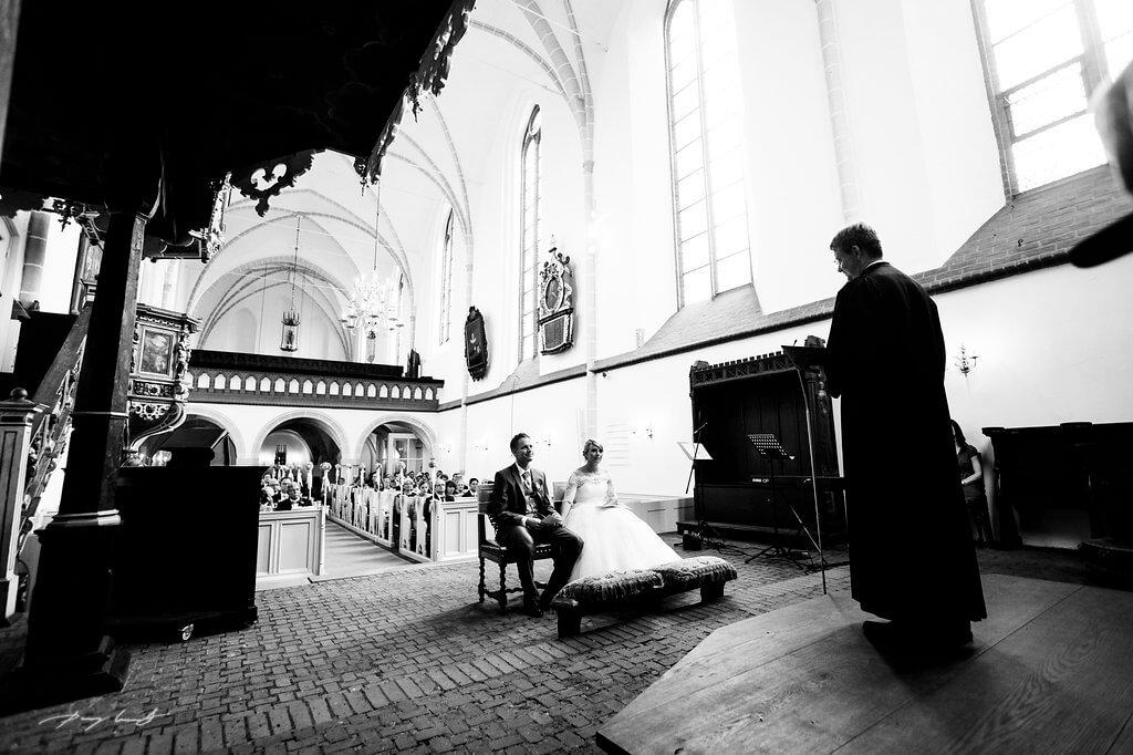 blick auf brautpaar fotograf trauung im klosterkirche st. bartholomäi hochzeitsfotografie im kloster lüne