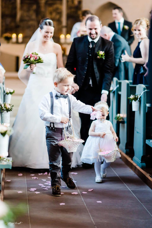blumenkinder brautpaar hochzeitsfotograf trauung st. marien kirche winsen