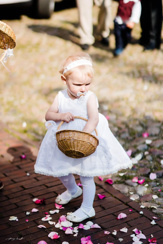 rosenblätter blumenmädchen hochzeit fotografie brautpaar hochzeitsfotograf winsen