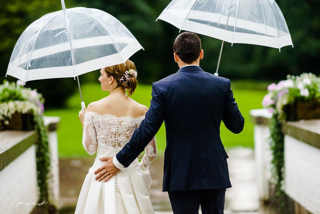 im regen hochzeitsfotografie brautpaar schloss ahrensburg