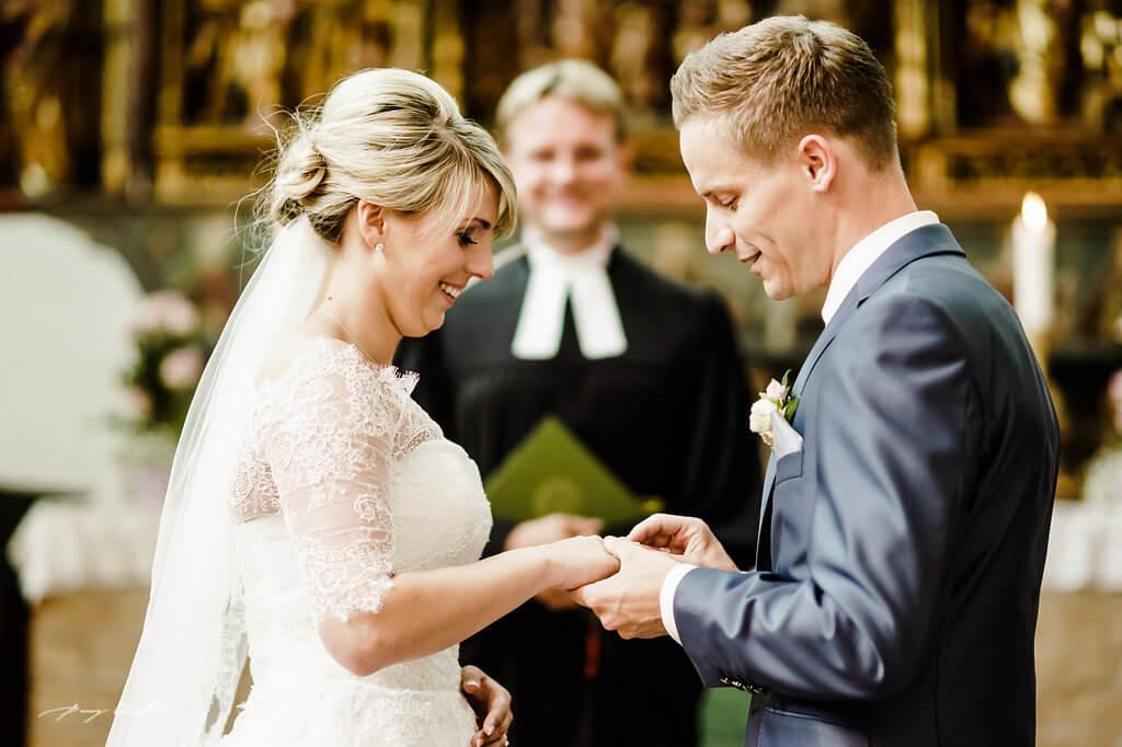 ringetausch im kloster lüne brautpaar glücklich hochzeitsfotograf