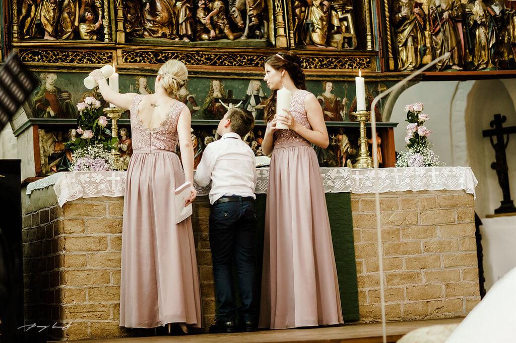 kerzen entzünden fotografie trauung im kloster lüne hochzeitsfotograf in klosterkirche st. bartholomäi brautpaar