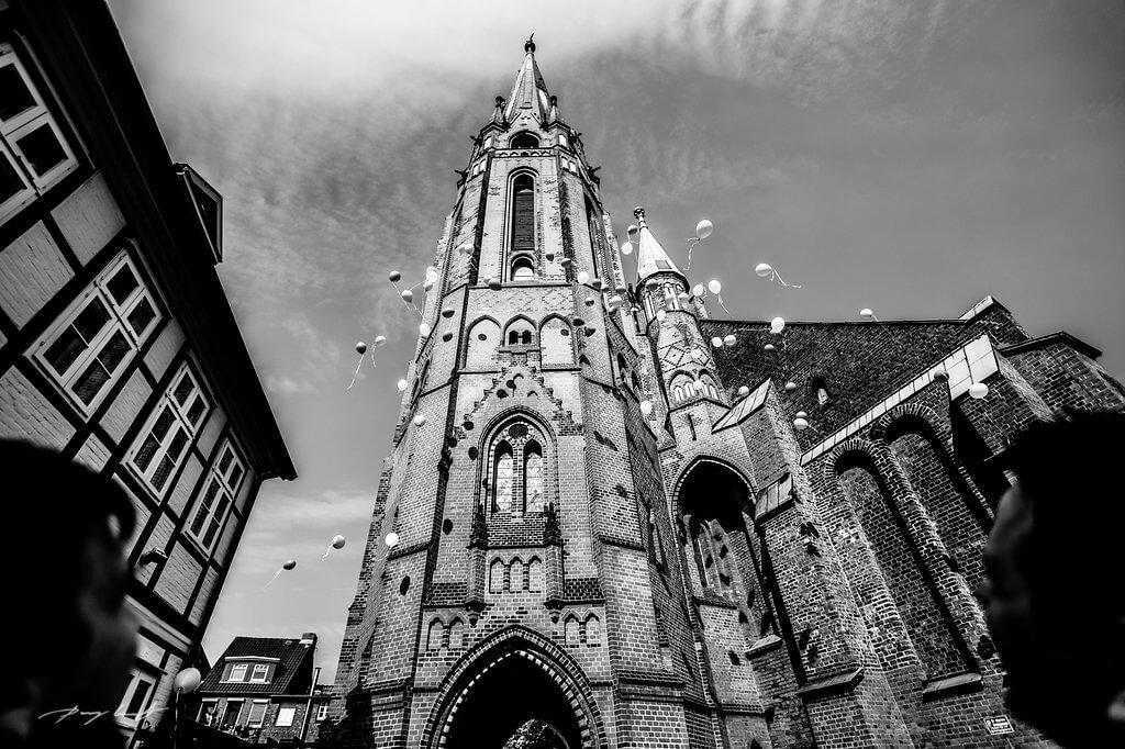 fotografie schwarz weiss ballons hochzeit st. marien kirche winsen
