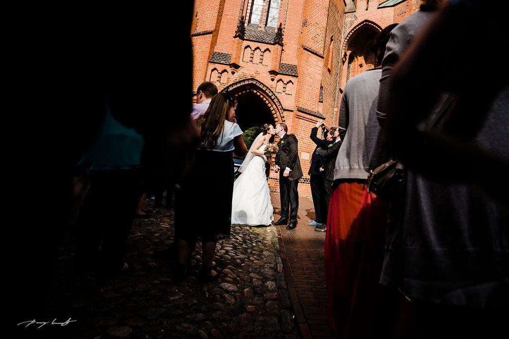 kuss brautpaar trauung fotografie winsen st. marien kirche