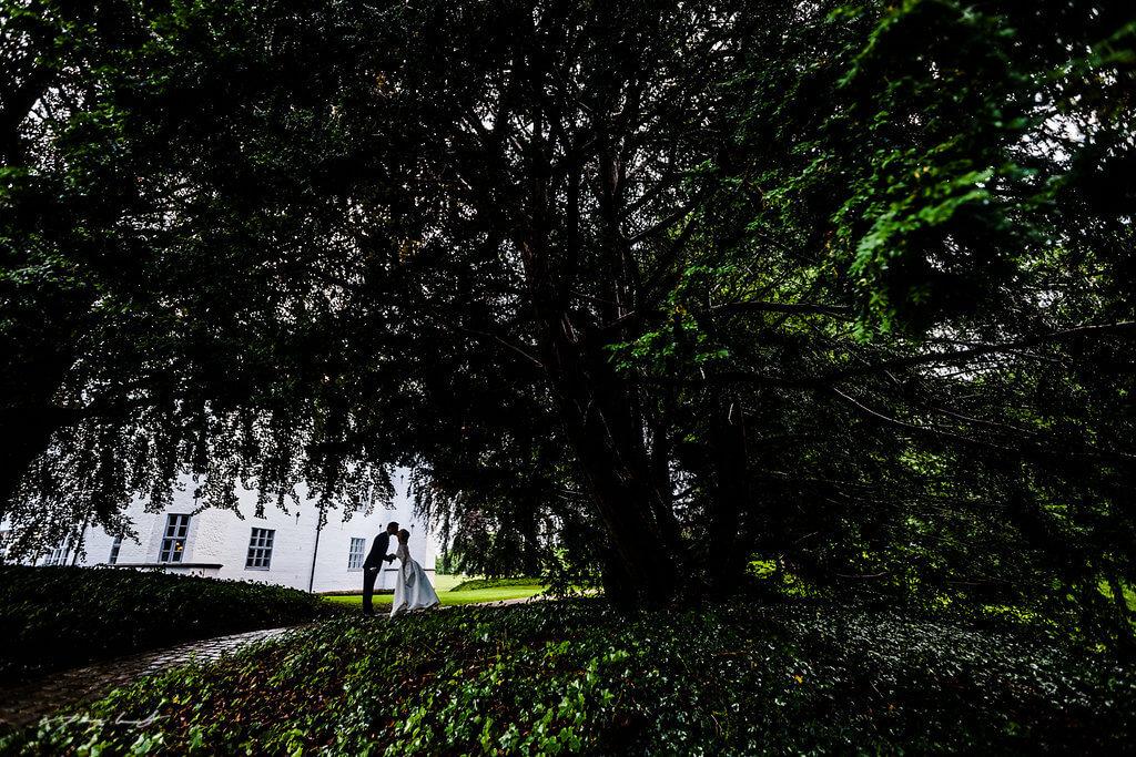 heiraten im schloss ahrensburg braut und bräutigam vor dem schloss ahrensburg