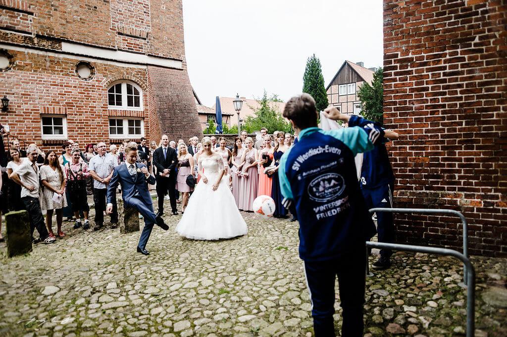bräutigam fussball torschiessen kloster lüne hochzeit fotograf lüneburg
