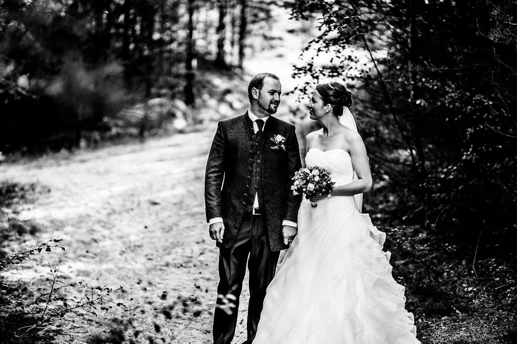 fotografie hochzeitsfotograf schwarz weiss hochzeit braut und bräutigam