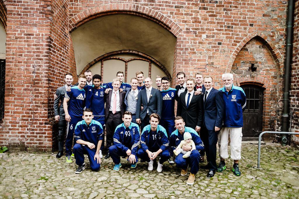 fussball team gäste hochzeit im kloster lüne fotografie bräutigam hochzeit
