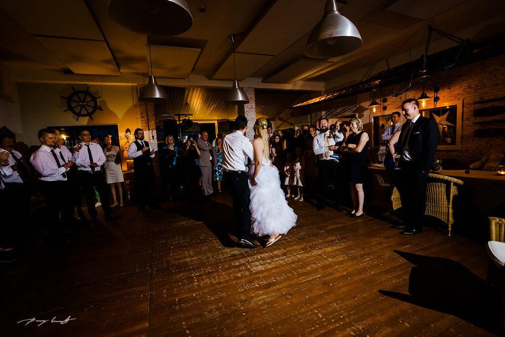 erster tanz brautpaar im bootshaus ilmenau hochzeitsfotograf lüeneburg hochzeitsgäste