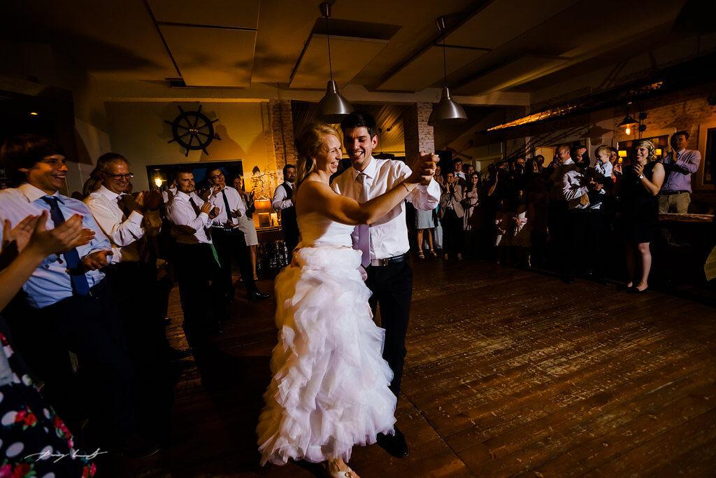 braut tanzt tanzfläche fotograf hochzeit bootshaus ilmenau
