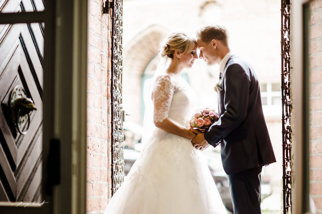 momentaufnahme braut und bräutigam im kloster lüne heiraten in der klosterkirche st. bartholomäi hochzeitsfotografie fotograf