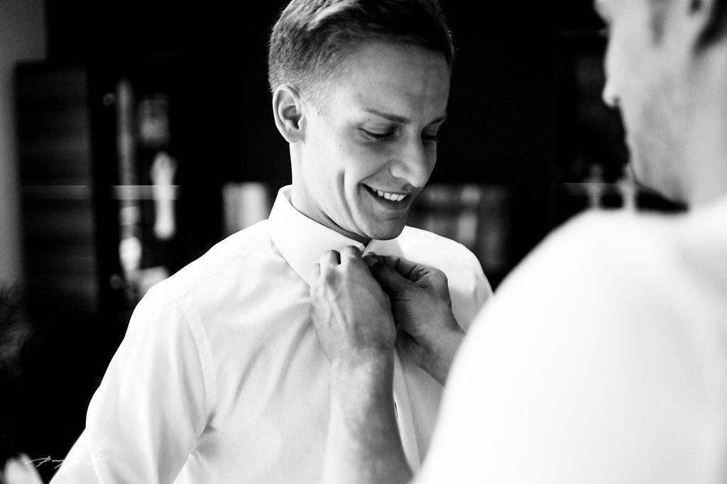 hochzeitsvorbereitung bräutigam hochzeitsreportage fotografie trauung