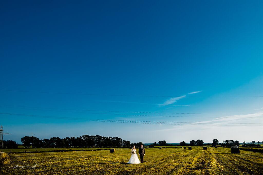 feld heuballen braut bräutigam hochzeitsfotografie brautpaar fotograf