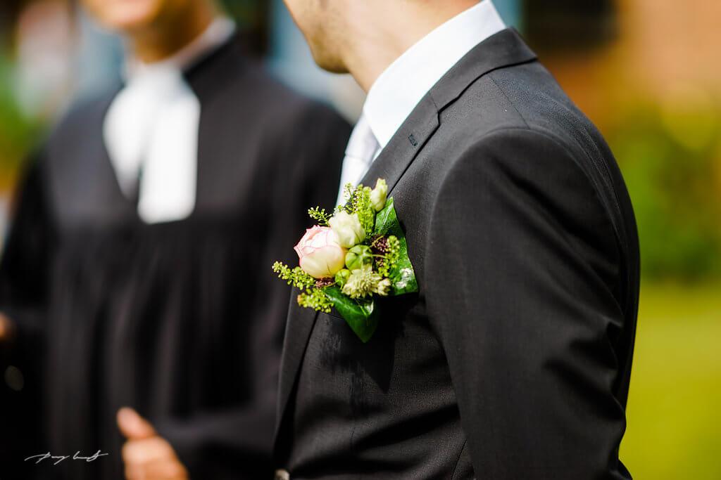 ansteckblume bräutigam hochzeit fotografie heiraten adendorf kapelle