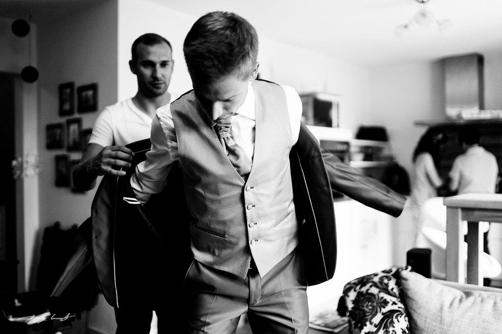 hochzeitsreportage vor der trauung bräutigam fotografie hochzeitsfotografie