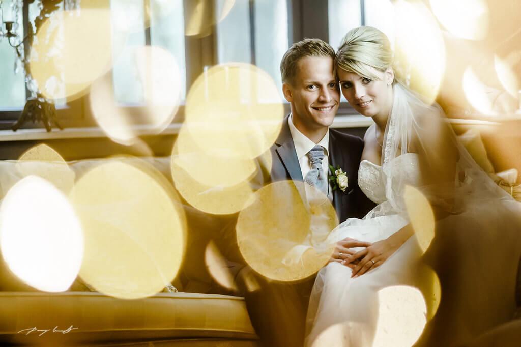 auf dem sofa hochzeitsfotograf lüneburg brautpaar gut bardenhagen hochzeitsfeier fotografie