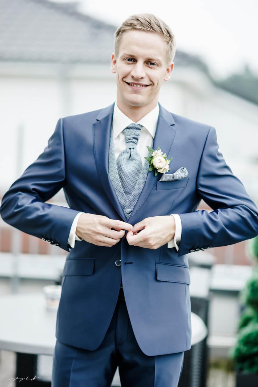 ein lächeln hochzeitsfotografie bräutigam hochzeitsreportage