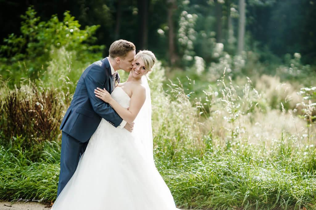 küsschen bräutigam fotografie braut hochzeitsfotograf