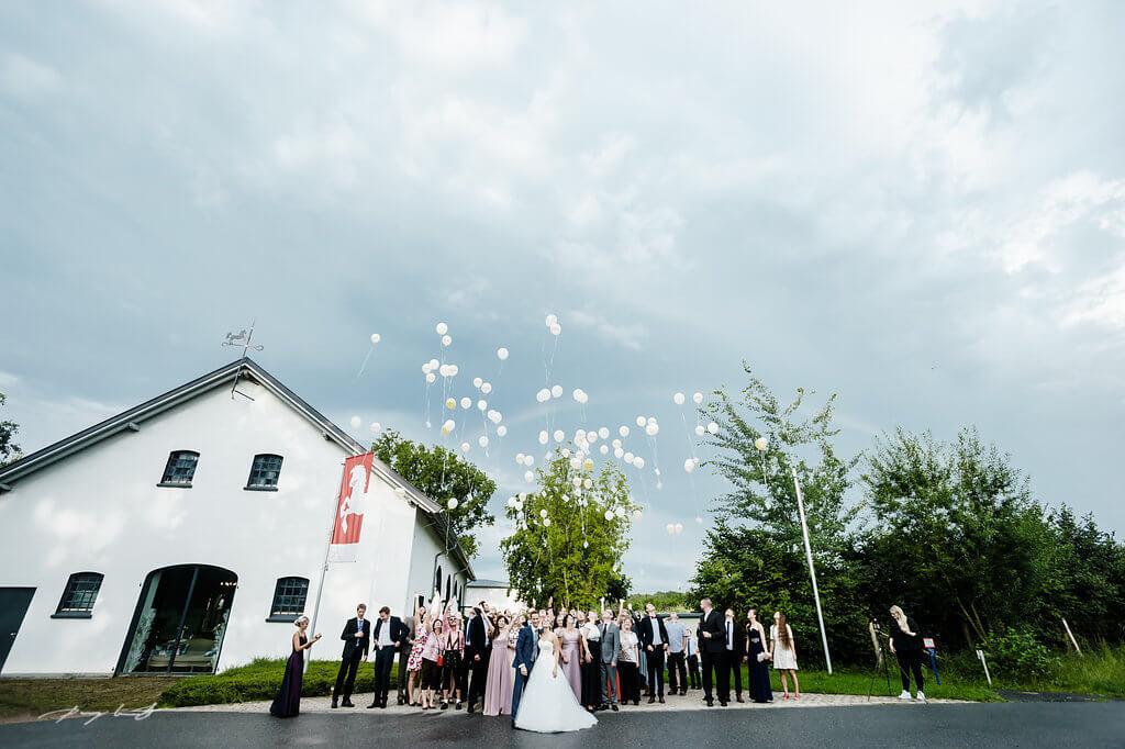 luftballons hochzeitsgäste gut bardenhagen fotografie hochzeitfeier gäste