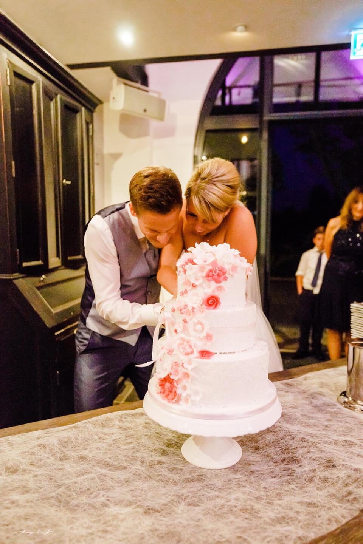 anschnitt der torte braut und bräutigam hochzeitsfeier brautpaar gut bardenhagen hochzeitsfotograf